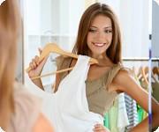 Vrouw past kleding
