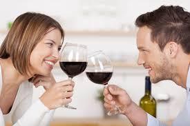 Vrouw en man met rode wijn